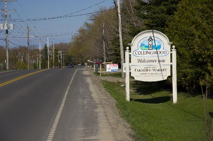 Photo of Collingwood Welcome Sign on Mountain Road driving East. Located at the intersection of Osler Bluff Road and Mountain Road.